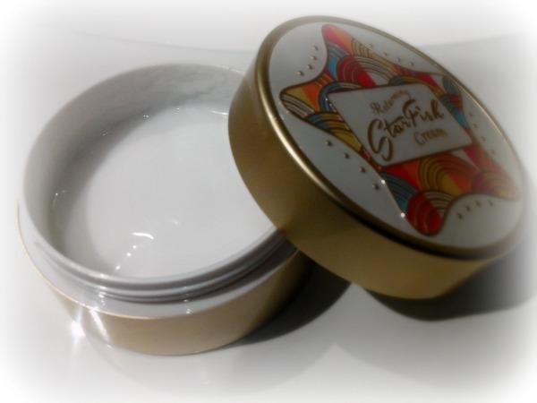 Obwohl die Creme seit etwa drei Wochen im täglichen Gebrauch ist, ist die Oberfläche ebenmäßig und wie neu.